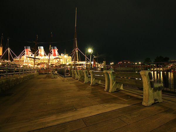 レストラン櫻 夜のベンチの風景