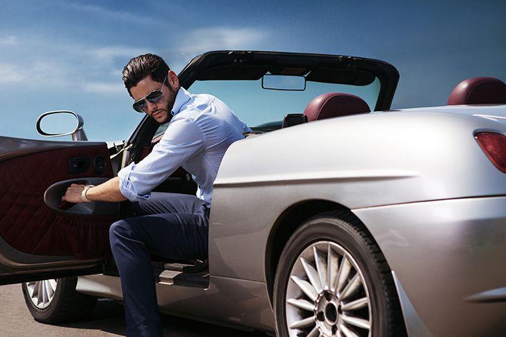 レンタカーで高級車を借りてドライブする