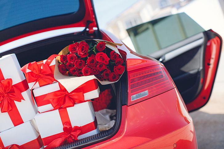 トランクの中を飾り付けてプレゼントを隠す