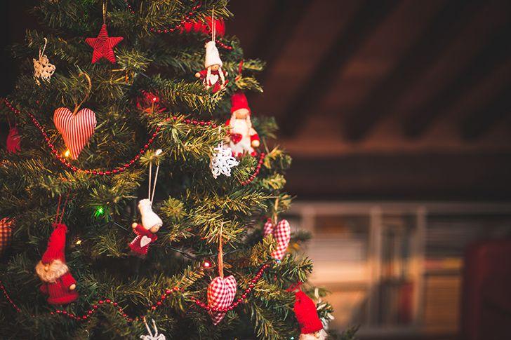 クリスマスツリーの飾りにプレゼント