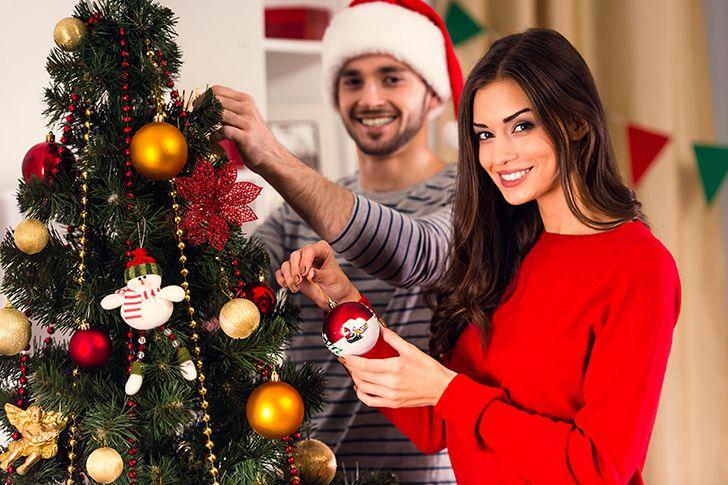 二人でクリスマスツリーを飾り付ける