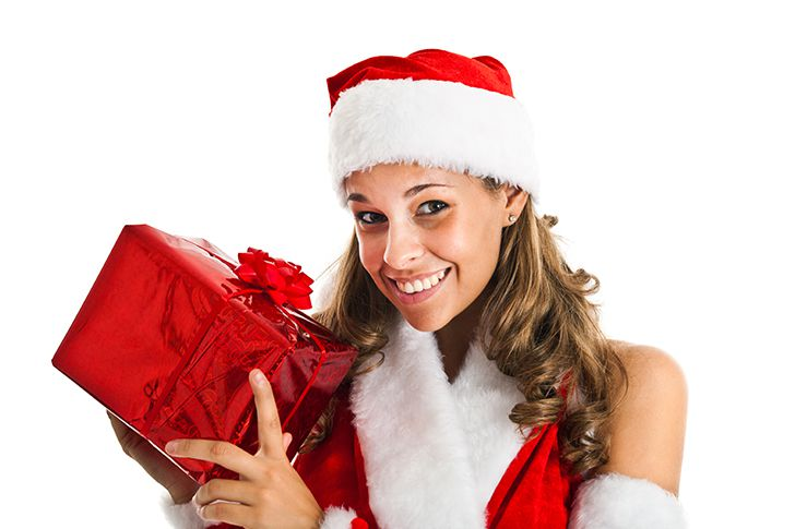 サンタの格好でプレゼントを届ける