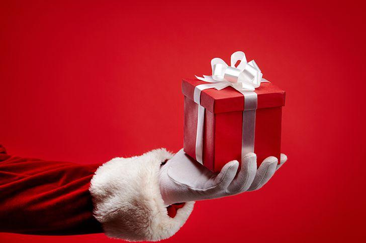 夜中にサンタの格好をしてプレゼントを渡す