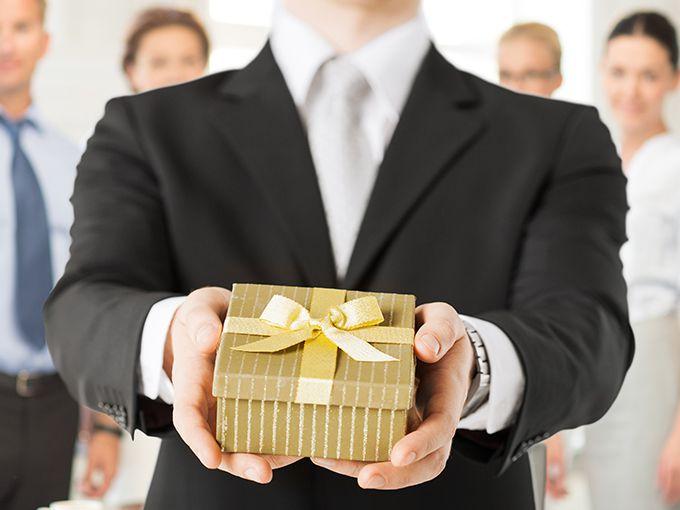 お金を出し合って高価なプレゼントを渡す