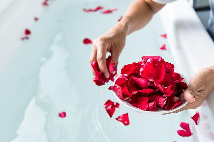 お風呂に花びらを散らす