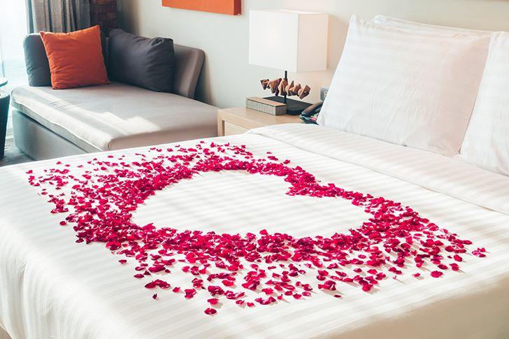 ベッドを花で飾り付ける