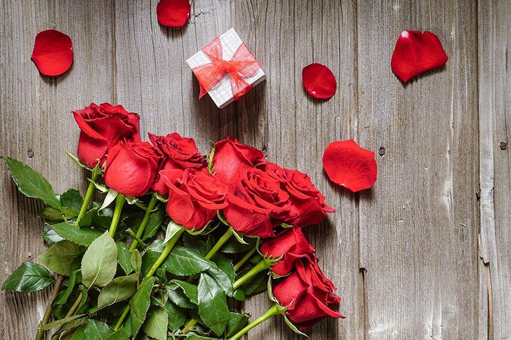 花の中に贈り物を隠す