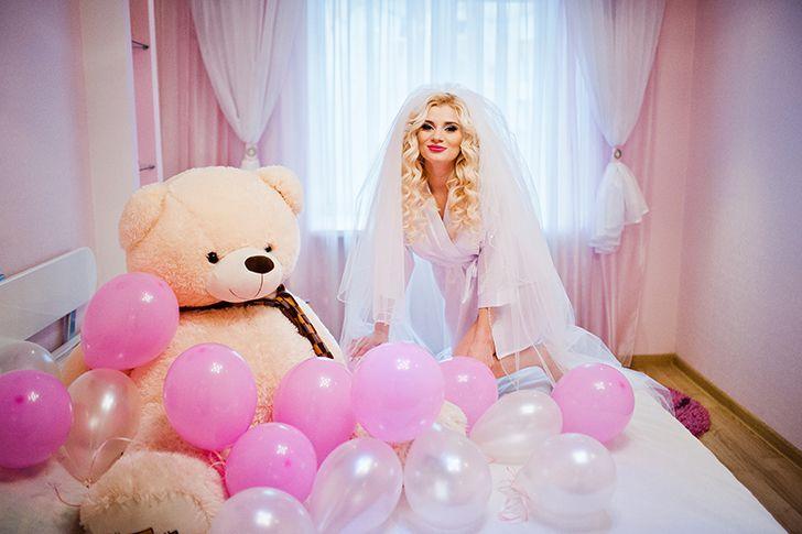 部屋いっぱいに飾り付けた風船の中でプロポーズ
