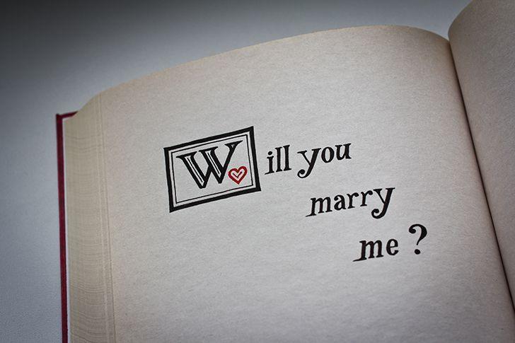 本のページに結婚しようのメッセージ