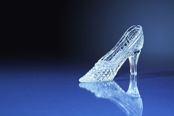 シンデレラ城でガラスの靴を差し出す