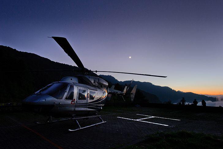 ヘリコプターに乗り空の上でプロポーズ