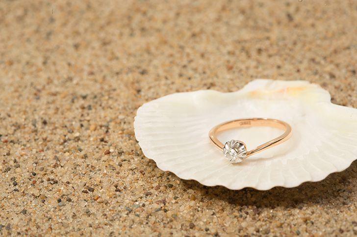 拾った貝殻の中から指輪
