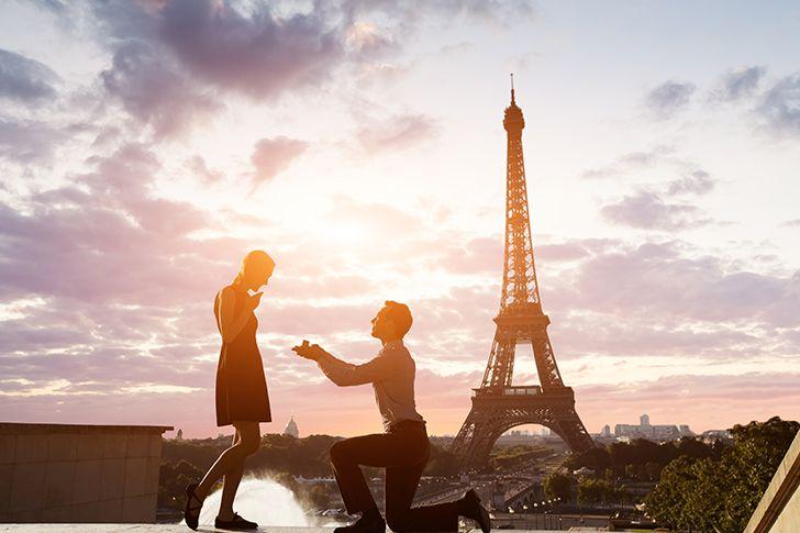 名所の前でプロポーズ