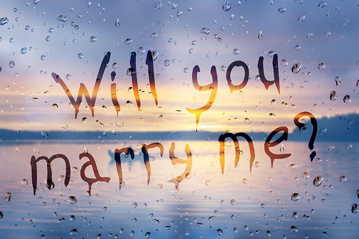 曇りガラスに結婚しようの文字