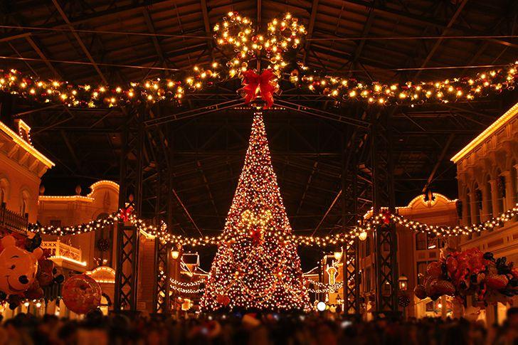 クリスマスムードに包まれたテーマパークで